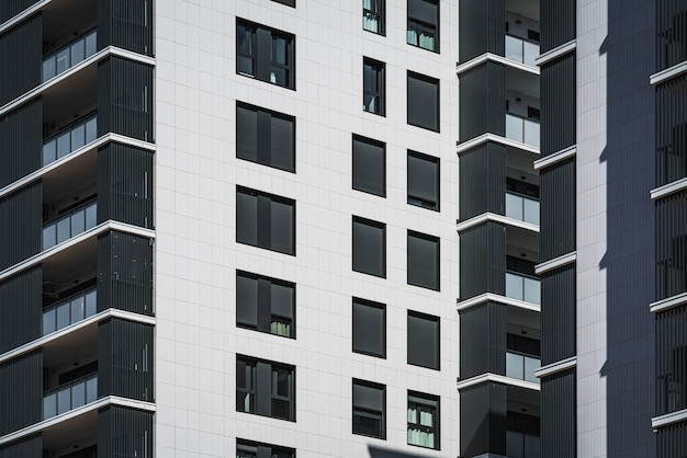 Rijen ramen en balkons van woongebouwen