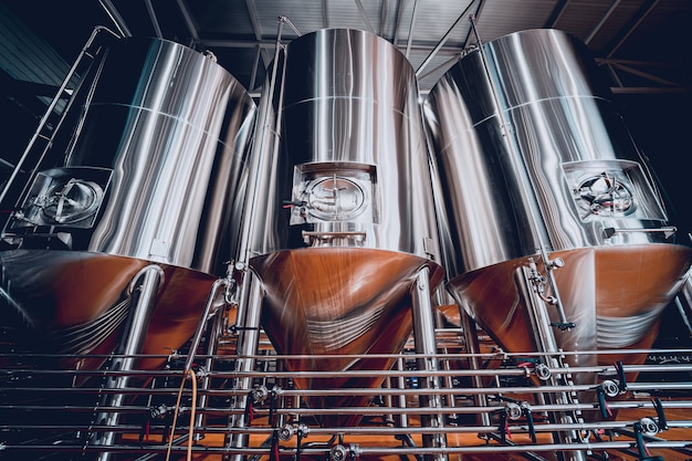Rijen stalen tanks voor bierfermentatie en rijping in een ambachtelijke brouwerij