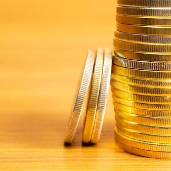 Rijen, stapels munten met onscherpe achtergrond en lege ruimte
