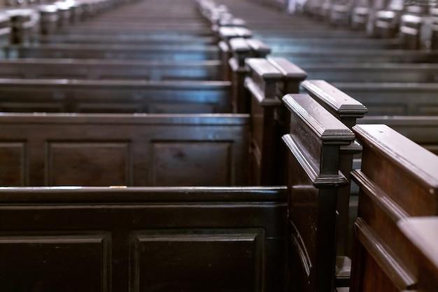 Rijen van banken in christelijke kerk.