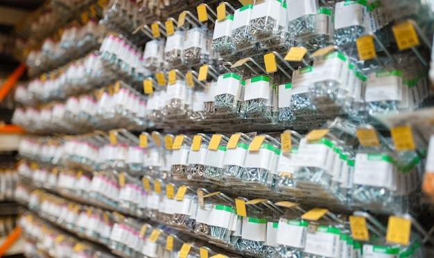 Rijen van dozen met bouten in ijzerhandel