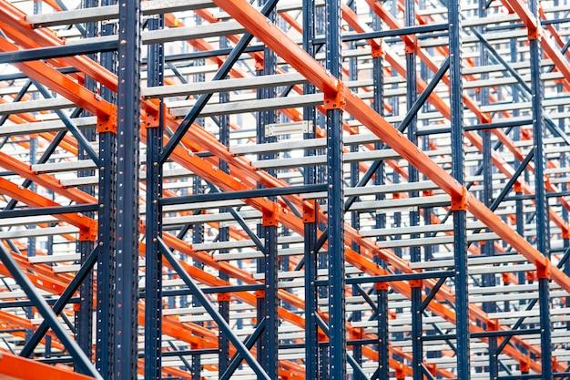 Rijen van metalen rekken in moderne magazijnstellingen systemen op logistiek centrum