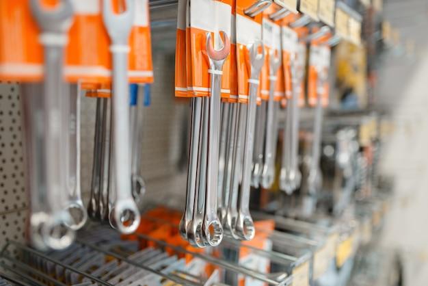 Rijen van moersleutels in ijzerhandel
