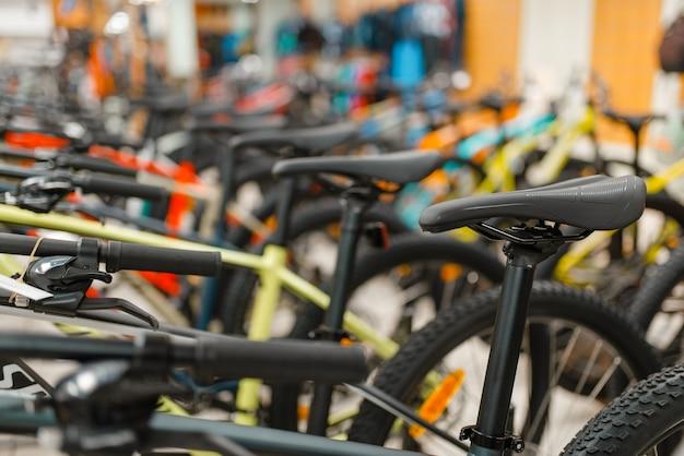 Rijen van mountainbikes in sportwinkel
