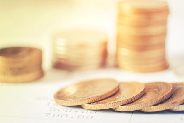 Rijen van munten voor financiën en bankwezen op digitale beurs financiële concept