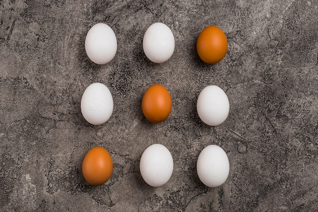 Rijen van negen kippeneieren op lijst