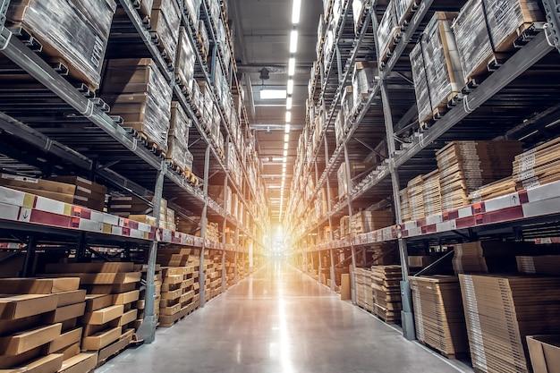 Rijen van planken met goederen dozen in moderne industrie magazijn winkel bij fabriek magazijn s