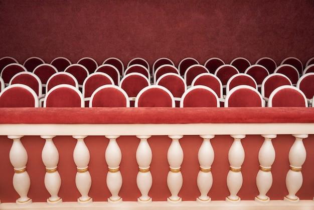 Rijen zitplaatsen in het theater.