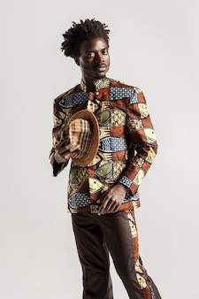 Rijke en luxe afrikaanse man in traditionele kleding