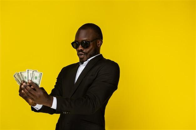 Rijke man houdt het geld vast en geniet ervan