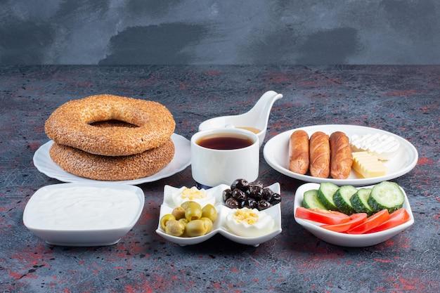 Rijke ontbijttafel met verschillende ingrediënten.