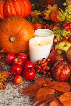 Rijke oogst en kaarsen op tafel