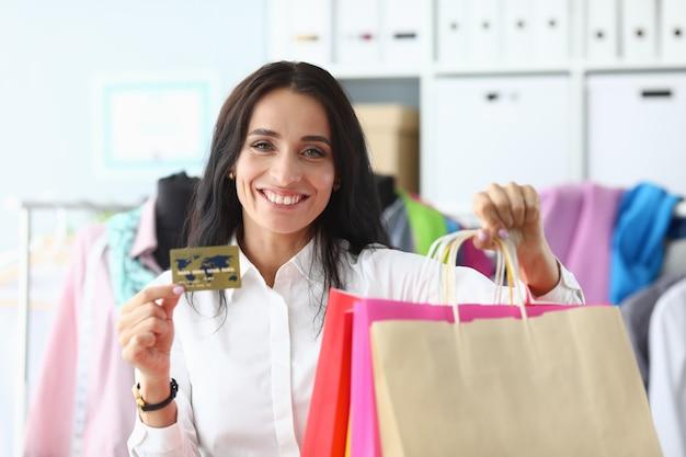 Rijke vrouwelijke shopaholic