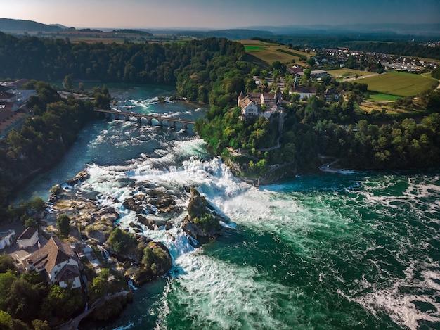 Rijn falls (rheinfall) watervallen met schloss laufen kasteel, neuhausen in de buurt van schaffhausen, kanton schaffhausen, zwitserland, europa