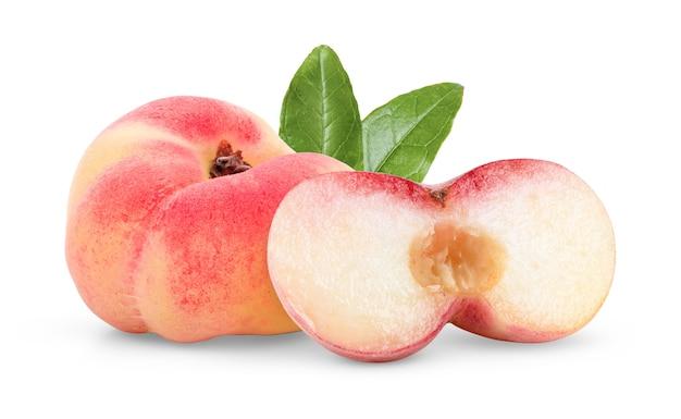 Rijp chinees plat perzikfruit dat op witte achtergrond wordt geïsoleerd