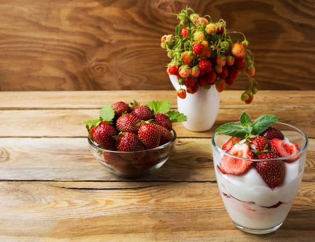 Rijp dessert met aardbeien en zomer gelaagde roomkaas