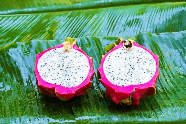 Rijp drakenfruit op een nat groen blad. vitaminen, fruit, gezond voedsel
