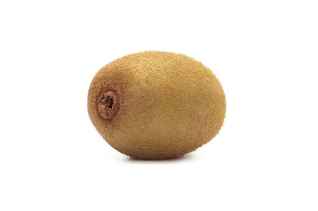 Rijp geheel kiwifruit dat op wit met het knippen van weg wordt geïsoleerd