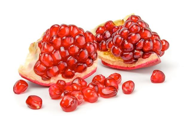 Rijp granaatappelfruit dat op wit knipsel wordt geïsoleerd.