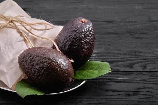Rijp haas avocado fruit. alligator peer. avocado met zwarte schil. voedsel voor een goede voeding.