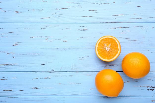 Rijp oranje fruit op een blauw