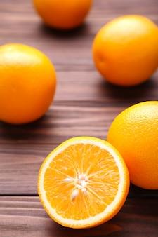 Rijp oranje fruit op een bruine achtergrond