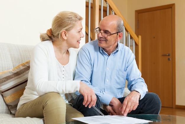 Rijp paar met financiële documenten