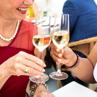 Rijp vrienden fijn in openlucht het dineren concept
