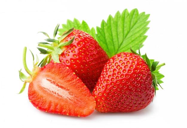 Rijpe aardbeien met bladeren die op een wit worden geïsoleerd