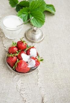 Rijpe aardbeien op een bord