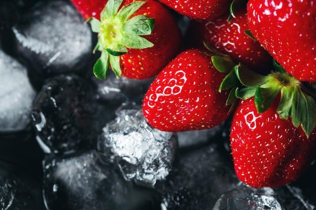 Rijpe aardbeien op ijs