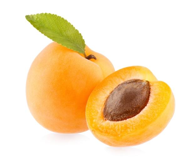 Rijpe abrikoos geïsoleerd op witte achtergrond