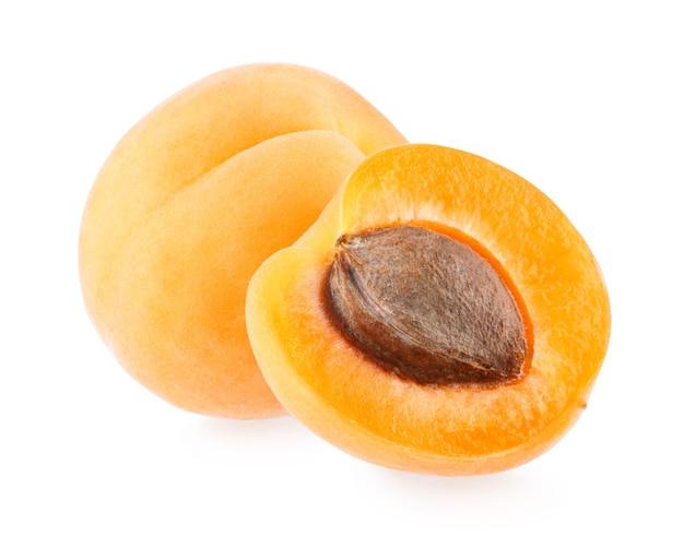 Rijpe abrikozen geïsoleerd op witte achtergrond