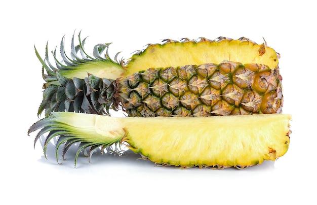 Rijpe ananassen die op wit worden geïsoleerd