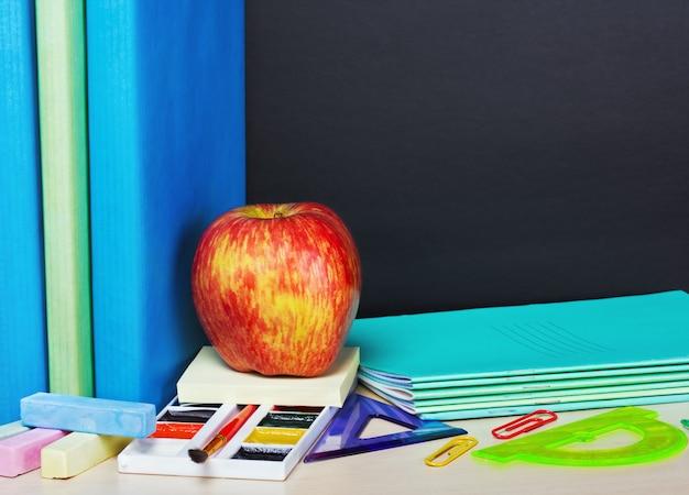 Rijpe appel en schoolbenodigdheden
