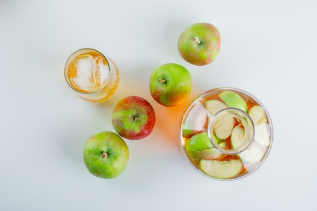 Rijpe appels met sap op wit