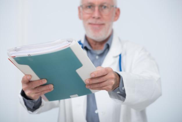 Rijpe arts met medisch dossier