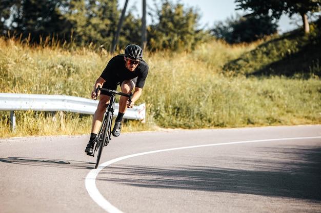 Rijpe atleet berijdende fiets op verse lucht