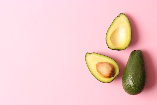 Rijpe avocado close-up op een gekleurde achtergrond