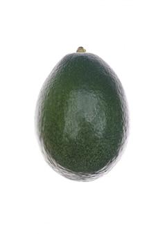 Rijpe avocado die over wit wordt geïsoleerd