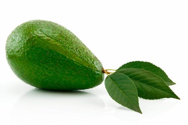Rijpe avocado met groen blad geïsoleerd op wit