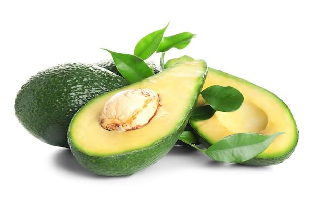 Rijpe avocado's op een witte ondergrond