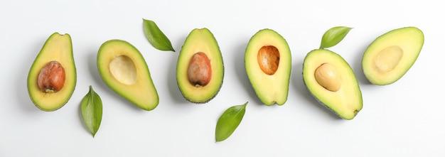 ¡rijpe avocado's op witte tafel