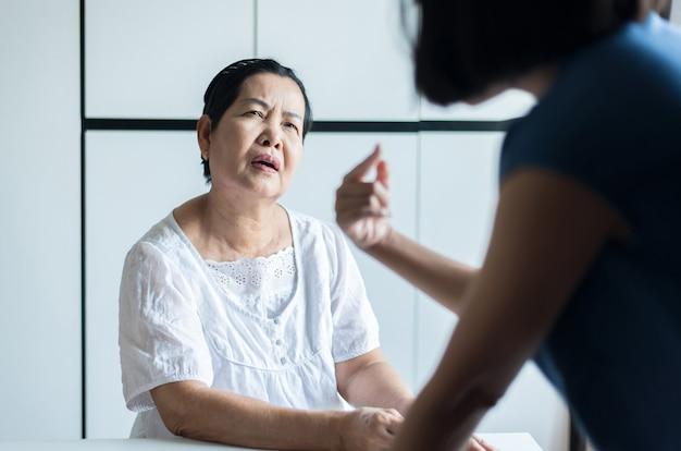 Rijpe aziatische vrouw met de ziekte van alzheimer, oudere vrouwen vergeten gezichten en naam te onthouden