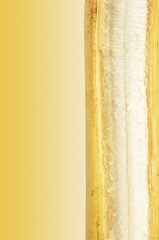 Rijpe banaan die op geel wordt geïsoleerd