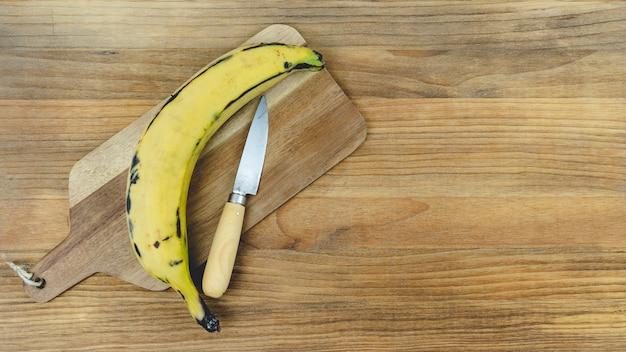 Rijpe banaan op een houten voet. kopieer ruimte.