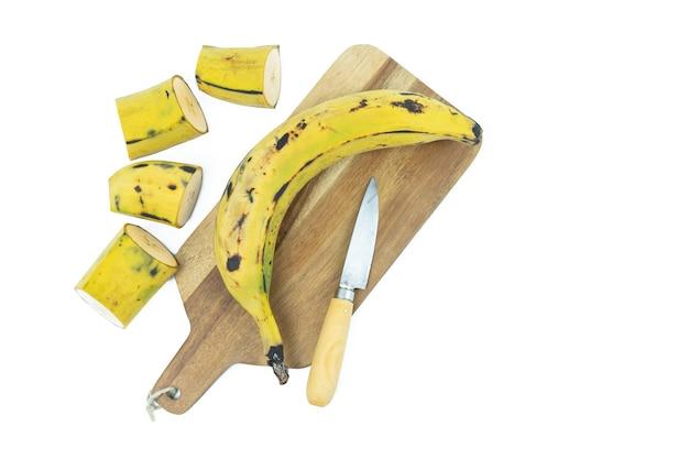 Rijpe banaan op een witte achtergrond. kopieer ruimte.