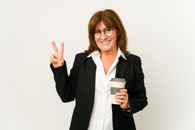 Rijpe bedrijfsvrouw die een afhaalkoffie houdt