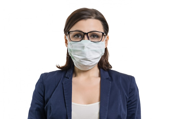 Rijpe bedrijfsvrouw in glazen en beschermend medisch masker