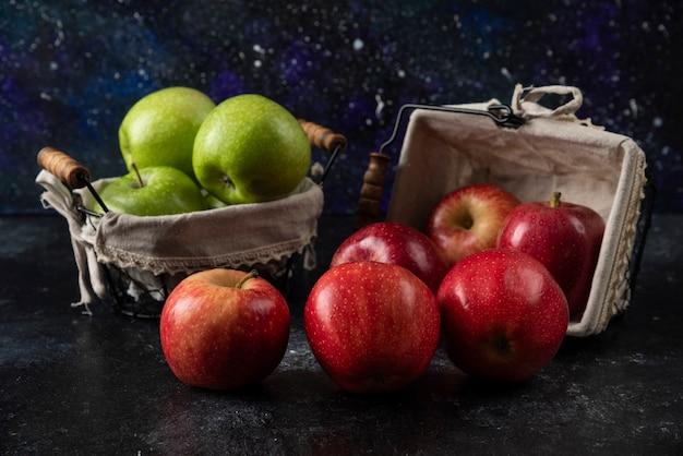 Rijpe biologische rode en groene appels in metalen manden.
